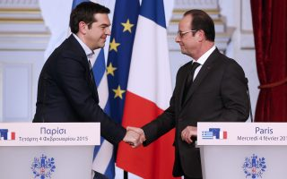 epa04603557 French President Francois Hollande (R) and Greek Prime Minister Alexis Tsipras (L) shake hands after making a statement at their meeting at the Elysee Palace, in Paris, France, 04 February 2015. Greek Prime Minister Alexis Tsipras met with EU leaders during a week of intense diplomatic efforts by Athens' new government to renegotiate the terms of its international bailout.  EPA/YOAN VALAT