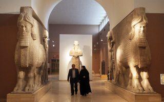Οι πρώτοι επισκέπτες περιηγούνται στο Εθνικό Μουσείο του Ιράκ που άνοιξε και πάλι τις πόρτες του το περασμένο Σάββατο ύστερα από 12 χρόνια σιωπής, λόγω του πολέμου. Η επαναλειτουργία του Μουσείου της Βαγδάτης που αποτελεί την ιστορική κιβωτό της χώρας θεωρείται κίνηση υψηλού συμβολισμού, καθώς επισπεύσθηκε ως αντίδραση στις πρόσφατες καταστροφές στο Μουσείο της Μοσούλης από μέλη του ISIS.