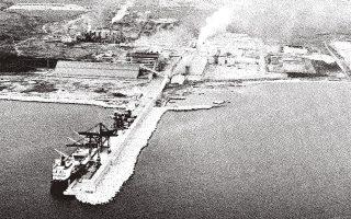 Το εργοστάσιο λιπασμάτων της Νέας Καρβάλης στην Καβάλα. Η ίδρυσή του αποτέλεσε τμήμα της διαδικασίας εκβιομηχάνισης την οποία προέβλεπε το Πενταετές.