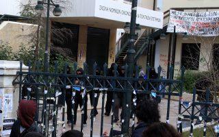 Οι καταληψίες της Νομικής Σχολής Αθηνών, παρότι προκάλεσαν σημαντικές ζημιές στο κτίριο, έκλεψαν βιντεοπροβολείς, έσπασαν τζάμια και πόρτες, έκαψαν βιβλία και έδρανα, κατέστρεψαν το εργαστήρι εγκληματολογίας και τα γραφεία των κοσμητόρων, αφέθηκαν να αποχωρήσουν χωρίς να τους καταλογιστεί ουδεμία ευθύνη.