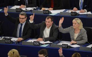 Η Μαρίν Λεπέν και ο σύντροφός της –στη ζωή και τα έδρανα της Ευρωβουλής– Λουί Αλιό, δίπλα της, ψηφίζουν στην ολομέλεια του οργάνου.
