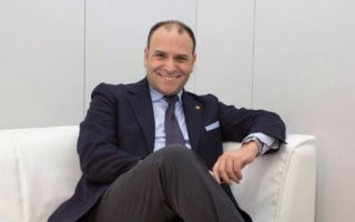 Μάσιμο Ρομανιόλι, πολιτικός, έμπορος όπλων, αντιπρόσωπος ιταλικής εταιρείας γεωργικών μηχανημάτων, εκδότης περιοδικού και επιχειρηματίας σε εταιρεία ανανεώσιμων πηγών ενέργειας.