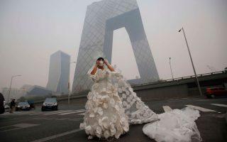 Οι κάτοικοι της Κίνας έχουν συνειδητοποιήσει τον κίνδυνο που σκεπάζει τον ουρανό της χώρας, ενώ παράλληλα προσπαθούν τόσο να προσαρμοστούν στις νέες συνθήκες όσο και να προστατευθούν.