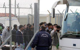Μετανάστες χωρίς ταξιδιωτικά έγγραφα αφέθηκαν ελεύθεροι, και χθες, από το κέντρο κράτησης στην Αμυγδαλέζα και μεταφέρθηκαν με πούλμαν στο κέντρο της Αθήνας.