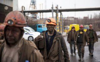 Ανθρακωρύχοι εγκαταλείπουν το ορυχείο Ζασιάντκο, στο Ντονέτσκ της ανατολικής Ουκρανίας, όπου έκρηξη λόγω διαρροής αερίου έθαψε σε βάθος περίπου ενός χιλιομέτρου από το έδαφος δεκάδες συναδέλφους τους.