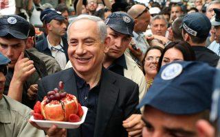 Στη φωτογραφία, ο Ισραηλινός πρωθυπουργός στη διάρκεια πρόσφατης περιοδείας του σε κεντρική αγορά της Ιερουσαλήμ.