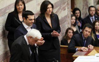 Ο νέος Πρόεδρος της Ελληνικής Δημοκρατίας, Προκόπης Παυλόπουλος, υποκλίνεται ενώπιον της Εθνικής Αντιπροσωπείας αμέσως μετά την ορκωμοσία του, χειροκροτούμενος από τον πρωθυπουργό Αλέξη Τσίπρα, την πρόεδρο της Βουλής Ζωή Κωνσταντοπούλου και τον αντιπρόεδρο της Βουλής Αλέξη Μητρόπουλο, παρουσία του Αρχιεπισκόπου Ιερώνυμου.