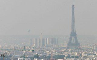 Μόλις που φαίνεται ο Πύργος του Αϊφελ εξαιτίας του πυκνού πέπλου αιθαλομίχλης που κάλυψε το Παρίσι.