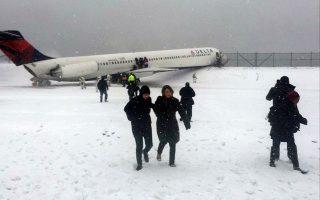 Οι 125 επιβάτες και το 5μελές πλήρωμα εγκατέλειψαν το αεροσκάφος με τσουλήθρες, ενώ έξι από αυτούς τραυματίστηκαν ελαφρά κατά την εκκένωση.