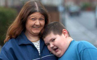 Βρετανικές αρχές εξέτασαν το ενδεχόμενο αφαίρεσης της επιμέλειας παχύσαρκου παιδιού από τη μητέρα.