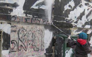 Δουλειά έπιασαν χθες οι εργάτες των συνεργείων καθαρισμού στο Πολυτεχνείο με σκοπό να αποκαταστήσουν την όψη του ιστορικού κτιρίου προς την οδό Στουρνάρη.