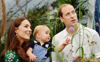 Ο διαφαινόμενος διάδοχος του θρόνου πρίγκιπας Ουίλιαμ με τη σύζυγό του, πριγκίπισσα Κάθριν, σε επίσκεψή τους με τον νεαρό πρίγκιπα Τζορτζ τον Ιούλιο του 2014 στο Μουσείο Φυσικής Ιστορίας.