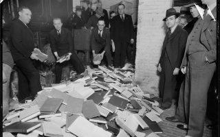 Καταστροφή «ανήθικων» βιβλίων, Μανχάταν, 1935. (New York City Municipal Archives)