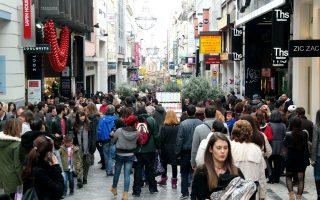 Στην Ερμού (φωτ.), που είναι και ο εμπορικότερος δρόμος της Αθήνας, οι τιμές είναι σταθεροποιημένες κατά τη διάρκεια των τελευταίων μηνών, με τα ενοίκια να κυμαίνονται από 90 έως 140 ευρώ τ.μ. σε μηνιαία βάση. Μετά την Ερμού, τα υψηλότερα ενοίκια καταγράφονται στην οδό Πανεπιστημίου (από 70 έως 120 ευρώ/τ.μ./μήνα), το Κολωνάκι (60-100 ευρώ/τ.μ./μήνα) και τη Γλυφάδα (70-90 ευρώ/τ.μ./μήνα).