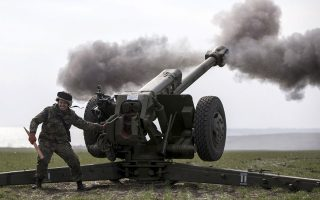 Ασκήσεις πυροβολικού πραγματοποίησε το εθελοντικό ουκρανικό Τάγμα του Αζόφ, έξω από το λιμάνι της Μαριούπολης.