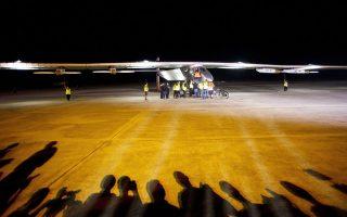 Τους τελευταίους ελέγχους ολοκληρώνει η ομάδα τεχνικών εδάφους στο Solar Impulse, πριν αυτό απογειωθεί, χθες, από το αεροδρόμιο του Μανταλέι, με προορισμό την κεντρική Κίνα.