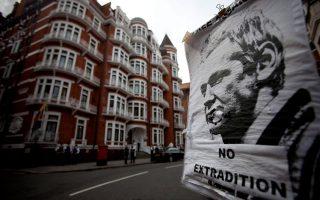 Πόστερ του ιδρυτή της ιστοσελίδας WikiLeaks, Τζούλιαν Ασάντζ έξω από την πρεσβεία του Ισημερινού στο Λονδίνο.