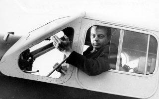 Ο Αντουάν ντε Σεντ-Εξιπερί σε μια θέση στην οποία ένιωθε πολύ όμορφα και άνετα: στο πιλοτήριο αεροπλάνου.