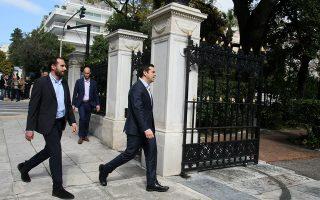 Ο πρωθυπουργός, Αλ. Τσίπρας, καταφθάνει στο Προεδρικό Μέγαρο για το γεύμα που παρέθεσε χθες ο απερχόμενος Πρόεδρος της Δημοκρατίας, Κάρ. Παπούλιας, προς τιμήν του διαδόχου του, Πρ. Παυλόπουλου.