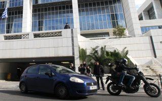 Αυτοκίνητο της ΕΛ.ΑΣ. μεταφέρει από την Εισαγγελία Εφετών στη ΓΑΔΑ τον ύποπτο για σχέσεις με τζιχαντιστές «Αλγερινό».