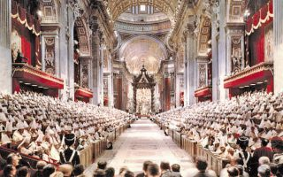 Η βασιλική του Αγίου Πέτρου κατά τη Β΄ Βατικανή Σύνοδο που άρχισε στις 11 Οκτωβρίου 1962. Περισσότεροι από 3.000 σύνεδροι απ' όλο τον κόσμο έλαβαν σημαντικές αποφάσεις για μεταρρυθμίσεις στη Ρωμαιοκαθολική Εκκλησία.