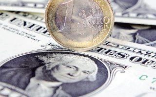 Με την υποτίμηση του ευρωπαϊκού νομίσματος έναντι του δολαρίου, υποβοηθούνται οι εξαγωγές κι αυτό έχει θετικές επιπτώσεις στην παραγωγή και στην απασχόληση.