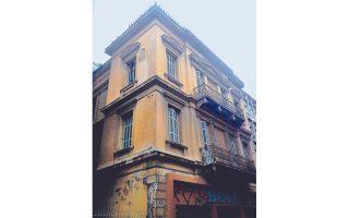 Στην Καποδιστρίου 29, κάτω από την Πατησίων, στέκει το «κίτρινο σπίτι».