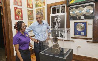 Ο πρόεδρος Ομπάμα κατά τη διάρκεια της επίσκεψής του στο μουσείο Μπομπ Μάρλεϊ, το οποίο βρίσκεται στο Κίνγκστον στην Τζαμάικα.