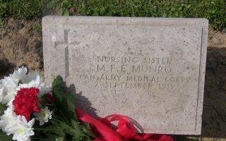 Ο τάφος της αδελφής νοσοκόμου Mary Munro, που απεβίωσε υπηρετώντας το καθήκον ως μέλος του 3ου καναδικού σταθμού Α΄ Βοηθειών, στις 7 Σεπτεμβρίου 1915.