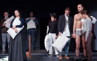 Χαρακτηριστική σκηνή από την παράσταση του «Βυσσινόκηπου» του Τσέχωφ, σε κλίμα Νίκου Καραθάνου. Ο Βυσσινόκηπος απουσιάζει...