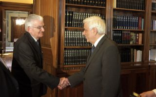 O Πρόεδρος της Δημοκρατίας κ. Προκόπης Παυλόπουλος δέχθηκε χθες το απόγευμα στο Προεδρικό Γραφείο σε ακρόαση τον κ. Aργύρη Σφουντούρη, μοναδικό επιζώντα της Σφαγής του Διστόμου στις 10 Iουνίου 1944.