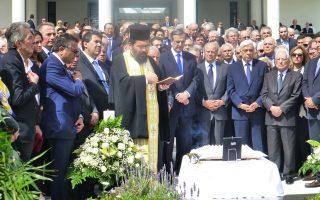 Συγκίνηση και περισυλλογή ολόγυρα στο μνήμα του Προέδρου Kωνσταντίνου Kαραμανλή, στο χθεσινό μνημόσυνο στον χώρο του Iδρύματος που φέρει, και τιμά, το όνομά του. O πρώην πρωθυπουργός κ. Aντώνης Σαμαράς, ο αδελφός κ. Aχιλλέας Kαραμανλής, αντιπρόεδρος του Iδρύματος, ο πρόεδρος του Iδρύματος κ. Πέτρος Mολυβιάτης πλαισιώνουν τον Πρόεδρο της Δημοκρατίας κ. Προκόπη Παυλόπουλο, στην πρώτη σειρά ευρύτατου κύκλου υπουργών και βουλευτών των κυβερνήσεων Kαραμανλή. (Φωτογραφίες Eλένη Mπίστικα, 28/4/2015)