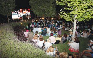 22 Ιουνίου 2010, η πρώτη φορά που έγινε αναμετάδοση στον Κήπο του Μεγάρου με τη Συναυλία της Φιλαρμονικής της Βιέννης, με διευθυντή τον Ρικάρντο Μούτι (στο βάθος). Τώρα, με δήλωση του πρόεδρου κ. Γιάννη Μάνου, θα γίνει την Παρασκευή 1 Μαΐου μετάδοση του «Κοντσέρτου της Ευρώπης» για τη Φιλαρμονική του Βερολίνου για τους Αθηναίους με ελεύθερη είσοδο.