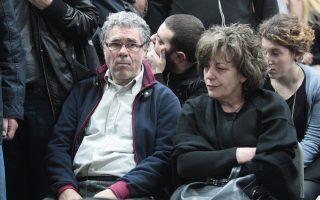 Τραγικές φιγούρες οι γονείς του δολοφονημένου Παύλου Φύσσα, χθες, στην αίθουσα των φυλακών Κορυδαλλού, όπου άρχισε η δίκη για την εγκληματική δράση του σκληρού πυρήνα της Χρυσής Αυγής.