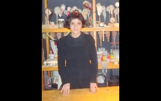 Η Μαιρηβή Γεωργιάδου, κουκλοπαίχτρια και ιδρύτρια του Εργαστηρίου/ΚουκλοθεάτρουΜαιρηβή, μπροστά από τις κούκλες της.