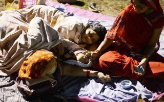 Ινδοί κάτοικοι βρίσκουν καταφύγιο σε ένα γήπεδο ποδοσφαίρου στο Siliguri στις 26 Απριλίου, 2015 μετά από το σεισμό μεγέθους 7,8 βαθμών που έπληξε την περιοχή στις 25 Απριλίου στο Νεπάλ. (AFP PHOTO / DIPTENDU DUTTA)