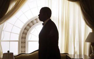 Οι ιδιοτροπίες, οι συγκινήσεις, οι δύσκολες στιγμές των ενοίκων του Λευκού Οίκου φανερώνονται στο βιβλίο «Η κατοικία: Στον ιδιωτικό κόσμο του Λευκού Οίκου» της Κέιτ Αντερσεν Μπράουερ, που περιλαμβάνει τις διηγήσεις και μαρτυρίες του προσωπικού το οποίο φρόντιζε τον εκάστοτε πρόεδρο των ΗΠΑ και την οικογένειά του. Σημαντικότατη η συμβολή του αρχιθαλαμηπόλου Τζέιμς Τζέφριζ που –όπως ο εικονιζόμενος Φόρεστ Ουιτάκερ στην ταινία «Ο Μπάτλερ»– τα είδε όλα. .