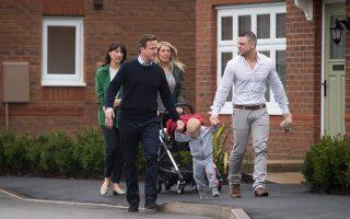 Στην κωμόπολη Τσόρλεϊ της Βορειοδυτικής Αγγλίας, όπου συνομίλησε με νέους γονείς, βρέθηκε χθες ο Βρετανός πρωθυπουργός Ντέιβιντ Κάμερον, με τη σύζυγό του Σαμάνθα, μία ημέρα μετά το τηλεοπτικό ντιμπέιτ, στο πλαίσιο της εκστρατείας ενόψει των εκλογών της 7ης Μαΐου.