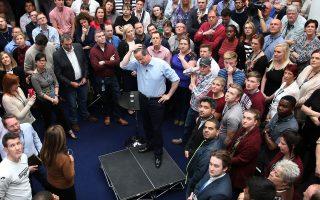 Ο πρωθυπουργός Κάμερον επέλεξε να επισκεφθεί ψηφοφόρους στο Λιντς, αντί να βρεθεί στο τηλεοπτικό ντιμπέιτ.