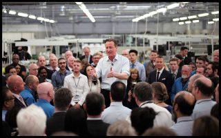 Ο Βρετανός πρωθυπουργός, Ντέιβιντ Κάμερον, στη διάρκεια χθεσινής, προεκλογικής του περιοδείας σε εργοστάσιο κατασκευής ραντάρ, στο Ενφιλντ, μια περιοχή του βόρειου Λονδίνου.