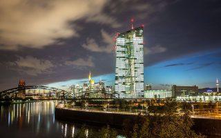 Σύμφωνα με τους FT που επικαλούνται στοιχεία της Ευρωπαϊκής Κεντρικής Τράπεζας, οι τέσσερις εγχώριες συστημικές τράπεζες συνολικά ενισχύουν την κεφαλαιακή τους βάση κατά 40 δισ. ευρώ, επωφελούμενες από τον αναβαλλόμενο φόρο.