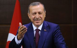 Τις τελευταίες μέρες ο Τούρκος πρόεδρος Ταγίπ Ερντογάν έχει ρίξει τις προσδοκίες για το εκλογικό αποτέλεσμα της 7ης Ιουνίου, δηλώνοντας ότι θα ήταν ικανοποιημένος ακόμη και με 335 έδρες και όχι 400, όπως είχε πει παλιότερα.
