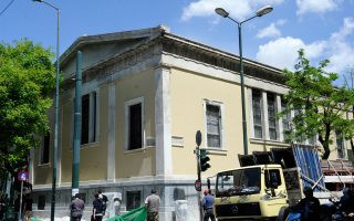 Καθαρό και ανακαινισμένο παραδόθηκε χθες το τμήμα του κτιρίου του Εθνικού Μετσόβιου Πολυτεχνείου στη γωνία των οδών Στουρνάρη και Πατησίων. Επειτα από εντατικές εργασίες με συντονιστική δράση του ΕΜΠ, του Δήμου Αθηναίων, του ΥΠΠΟ και ιδιώτη εργολάβου, απομακρύνθηκε το μαύρο γκράφιτι που είχε προκαλέσει οξείες εντάσεις. Ωστόσο, εκκρεμεί ακόμη η επέκταση της αποκατάστασης στο σύνολο των εξωτερικών τοίχων του ιστορικού συγκροτήματος.