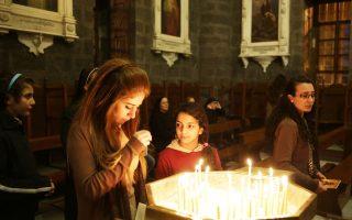 Οι προσευχές των χριστιανών σε εκκλησία της Δαμασκού συνοδεύονται από αγωνία για την τύχη τους καθώς και χιλιάδων ομοθρήσκων τους, όχι μόνο στη Συρία, αλλά και σε άλλες χώρες της Μέσης Ανατολής και της Αφρικής. Εκεί που την προσδοκία της Ανάστασης σκιάζει ο φόβος από την ωμή φονική βία τζιχαντιστών.