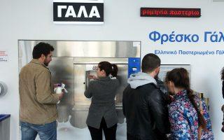 Ουρές μπροστά στο μηχάνημα αυτόματης πώλησης γάλακτος, το πρώτο στην Αθήνα, επί της οδού Πατησίων και Τροίας στην Κυψέλη, σχηματίζονται τις τελευταίες ημέρες.