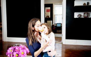 Μητέρα με την κόρη της, ηλικίας 4 ετών, στο σπίτι τους στη Νέα Υόρκη.