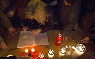 Διαδηλωτές υπογράφουν σε βιβλίο τιμώντας τη μνήμη του Βαγγέλη Γιακουμάκη, σπουδαστή της γαλακτοκομικής σχολής Ιωαννίνων, σε συγκέντρωση έξω από το δημαρχείο της πόλης των Ιωαννίνων, την Τρίτη 17 Μαρτίου 2015. Ο Βαγγέλης Γιακουμάκης που σήμερα οδηγήθηκε στην τελευταία του κατοικία και σύμφωνα με το πόρισμα του ιατροδικαστή αυτοκτόνησε (πιθανότατα κόβοντας τις φλέβες του) είχε εξαφανιστεί από τις 6 Ιανουαρίου και σύμφωνα με μαρτυρίες, ήταν θύμα εκφοβισμού και υποτιμητικών συμπεριφορών (bullying), από ομάδα συμφοιτητών του. ΑΠΕ-ΜΠΕ/ΑΠΕ-ΜΠΕ/ΔΗΜΗΤΡΗΣ ΡΑΠΑΚΟΥΣΗΣ