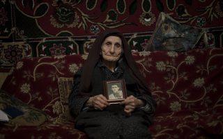 Η Αρσαλουΐς Μουραντιάν, 103 ετών, κρατάει τις φωτογραφίες των γονιών της. Είναι μία από τους ελάχιστους επιζήσαντες της Γενοκτονίας των Αρμενίων που βρίσκονται σήμερα στη ζωή.