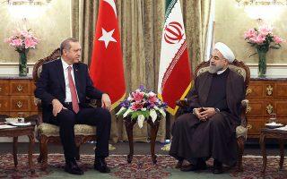 Ο Ιρανός πρόεδρος Χασάν Ρουχανί (δεξιά) συνομιλεί με τον προσκεκλημένο του, Τούρκο ηγέτη Ταγίπ Ερντογάν, κατά τη χθεσινή συνάντηση των δύο ανδρών, στην Τεχεράνη, όπου προχώρησαν σε έξι διμερείς συμφωνίες.