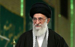 Αν και υποστήριξε δημοσίως τον μετριοπαθή πρόεδρο Ρουχανί, ο αγιατολάχ Αλί Χαμενεΐ εξέφρασε την έντονη δυσπιστία του έναντι των ΗΠΑ, αναφορικά με την τελική συμφωνία για το ιρανικό πυρηνικό πρόγραμμα.
